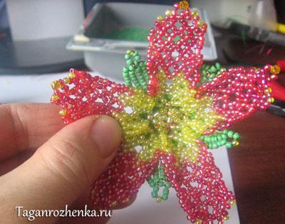 Пришиваем аккуратно чашечку к лепесткам цветка.